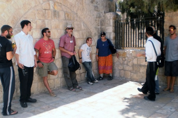 Jewish guests stay for free housing in the Jerusalem Heritage House. These guests enjoy a free tour.